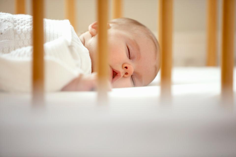 beba u krevecu