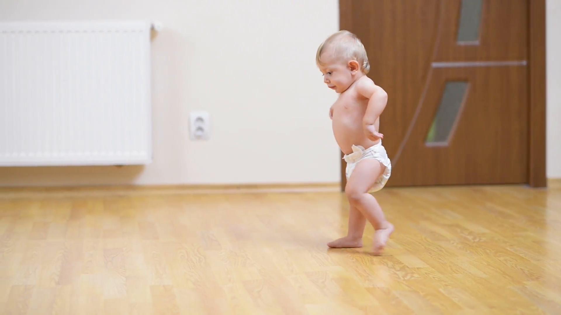 Beba prvi koraci
