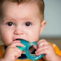 Kako ublažiti bol pri nicanju prvih zubića