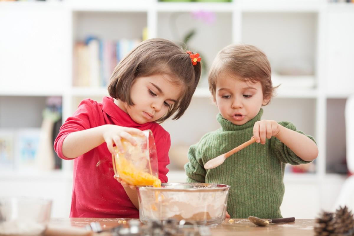 djeca u kuhinji