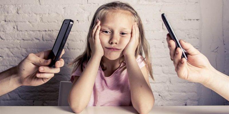 roditellji na pametnim telefonima