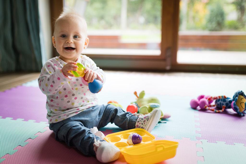 kako nauciti bebu da se igra sama